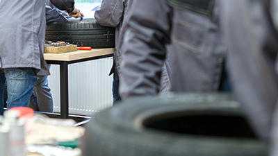 Praktyczne zajęcia prezentujące zasady wykonywania napraw uszkodzeń opon ciężarowych całostalowych na boku i w czole bieżnika